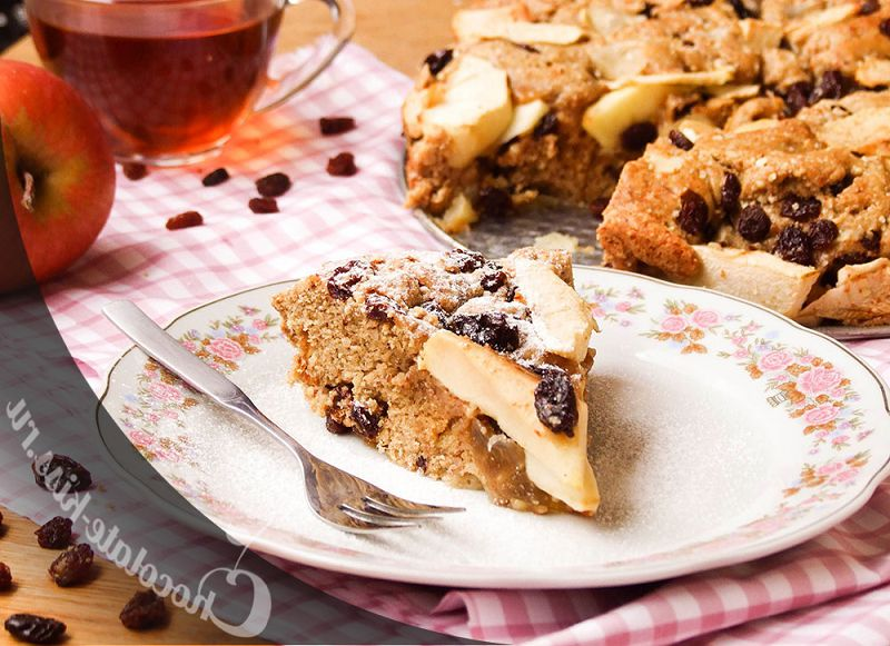 Apple pie with almonds and raisins